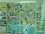 κάνοντας ράφια των φαρμακείων και ντουλάπια