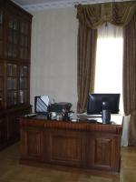 Бюра от масивно дърво за мениджърски кабинети - изработка по поръчка