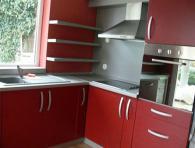 Модерно кухненско обзавеждане в червено