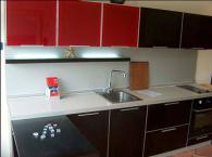 Кухненски шкафове в черно и червено